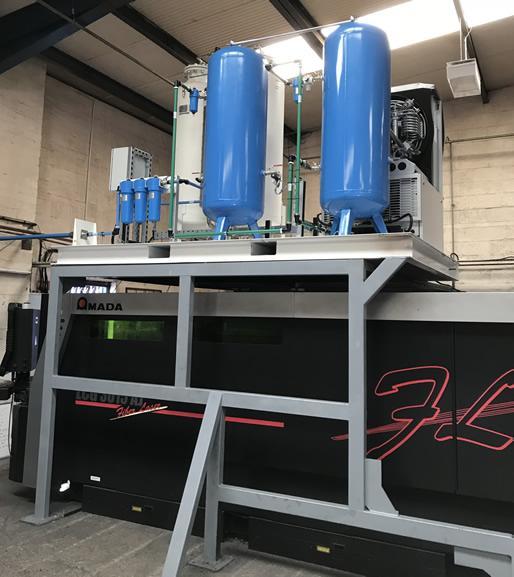 Азотный генератор расположен над лазерной станцией Amada вид сбоку.