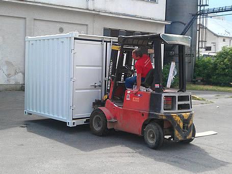 опытный паренек перемещает контейнер с устройством